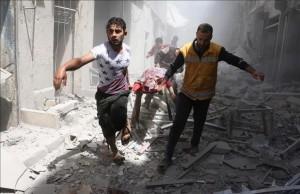 dos-hombres-evacuan-una-persona-victima-los-bombardeos-hoy-barrio-qatarji-alepo-1461928731417