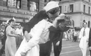nurse-kissing-sailor-world-war-2-ap_650x400_71473568981