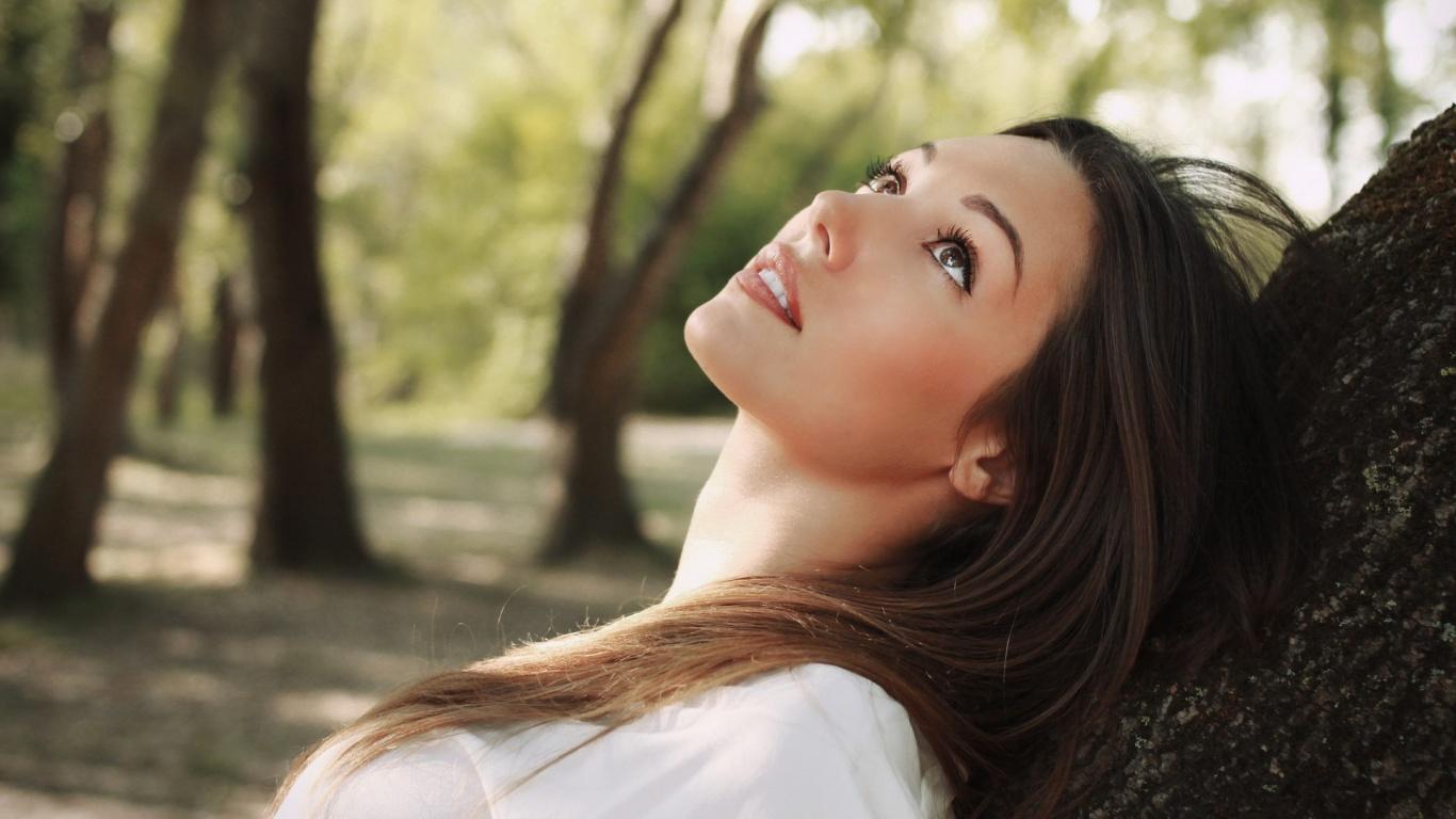 brunette-girl-dreaming-1366x768