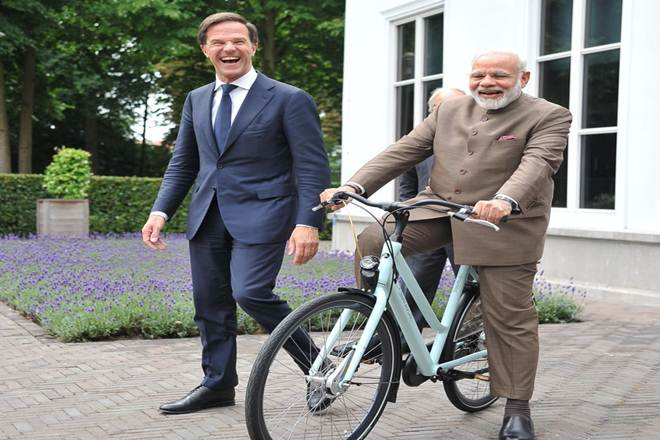 Narendra Modi gifted cycle by Netherlands premier Mark Rutte