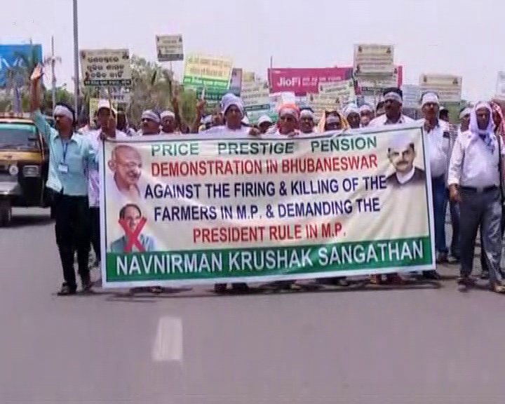 firing-on-farmers-issue-at-mp-nabanirman krushak-sangathan protest