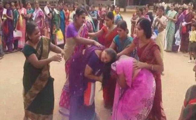 telangana-women-saree-fight_