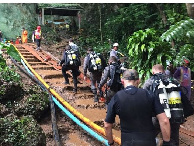 trapped boys' Thai cave: Australian police divers battle 'challenging' conditions
