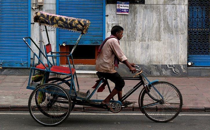 rickshaw_puller_returns_bag_with_gold