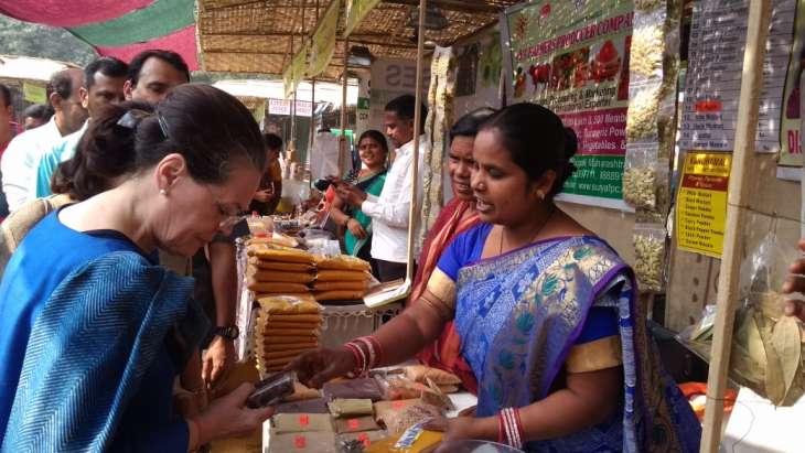 Sonia buys Kandhmal Haldi from Odisha stall at Delhi fair