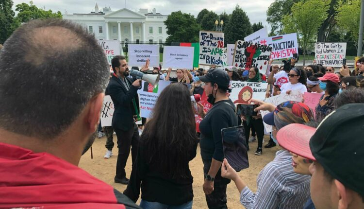 Protesters-in-front-of-the-White-House-calling-for-support-for-Afghanistan.-1-1672×1254