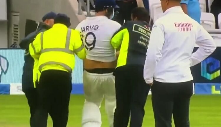 3rd Test: Jarvo returns, walks into bat before being dragged out