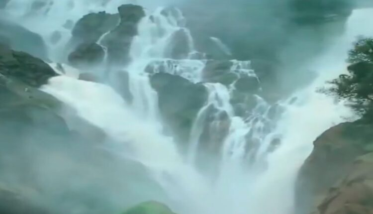 dudhsagar-waterfall-wonderful-view-was-seen_1633951589